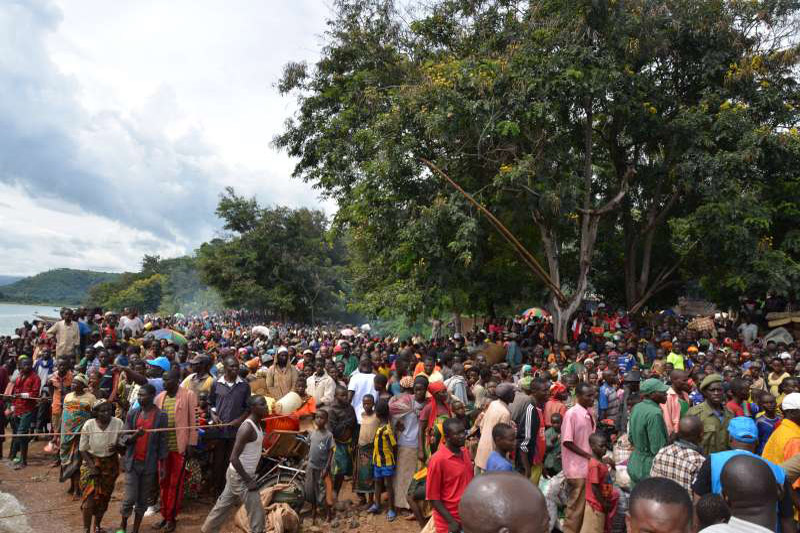 L'Agence des Nations Unies travaille à relocaliser des milliers de réfugiés du Burundi qui ont fui en Tanzanie sur le lac Tanganyika, utilisant un vieux ferry ne pouvant contenir que 600 personnes. Source en fin d'article