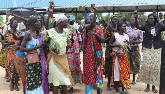 Photo: Femmes célébrant le nouveau marché de Mingkaman, cité des lacs.  Source en fin d'article