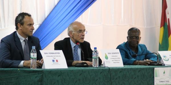 L'Ambassadeur Monsieur Stéphane GOMPERTZ, l'Université de Lomé au Togo, le 29 mai 2015, lors de la Conférence conférence-débat, sur le thème « Face aux changements climatiques : la route de Paris ».