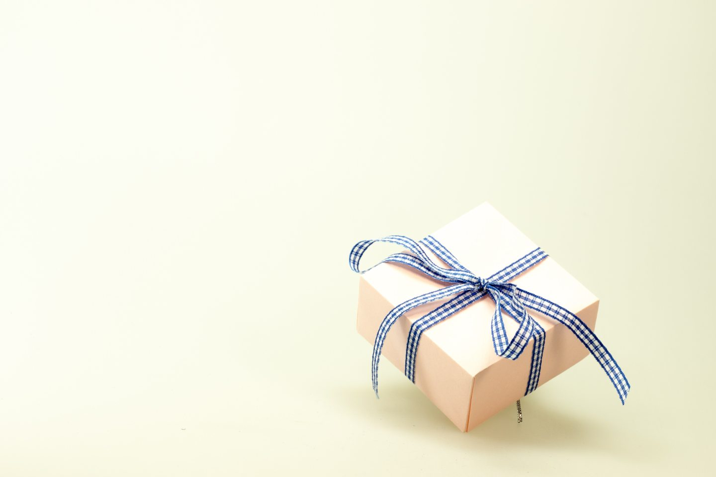 https://www.pexels.com/photo/blue-white-ribbon-on-pink-box-45238/